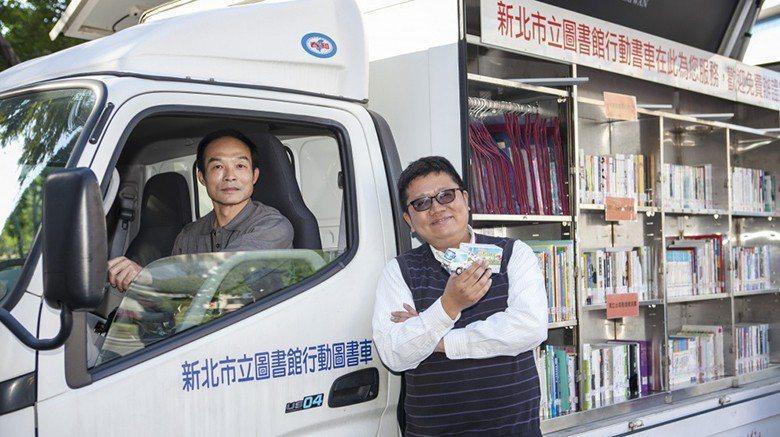 行動書車司機鍾先生(左)與新北市立圖書館課長李毓偉。 攝影/桑杉學