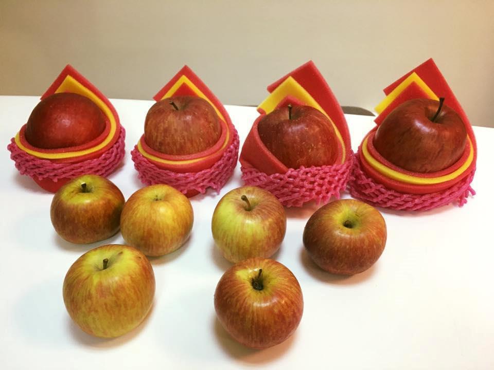 一名女子單獨放男友到地攤買蘋果,他買了10顆回來,表示攤商要價1300元。取自臉...