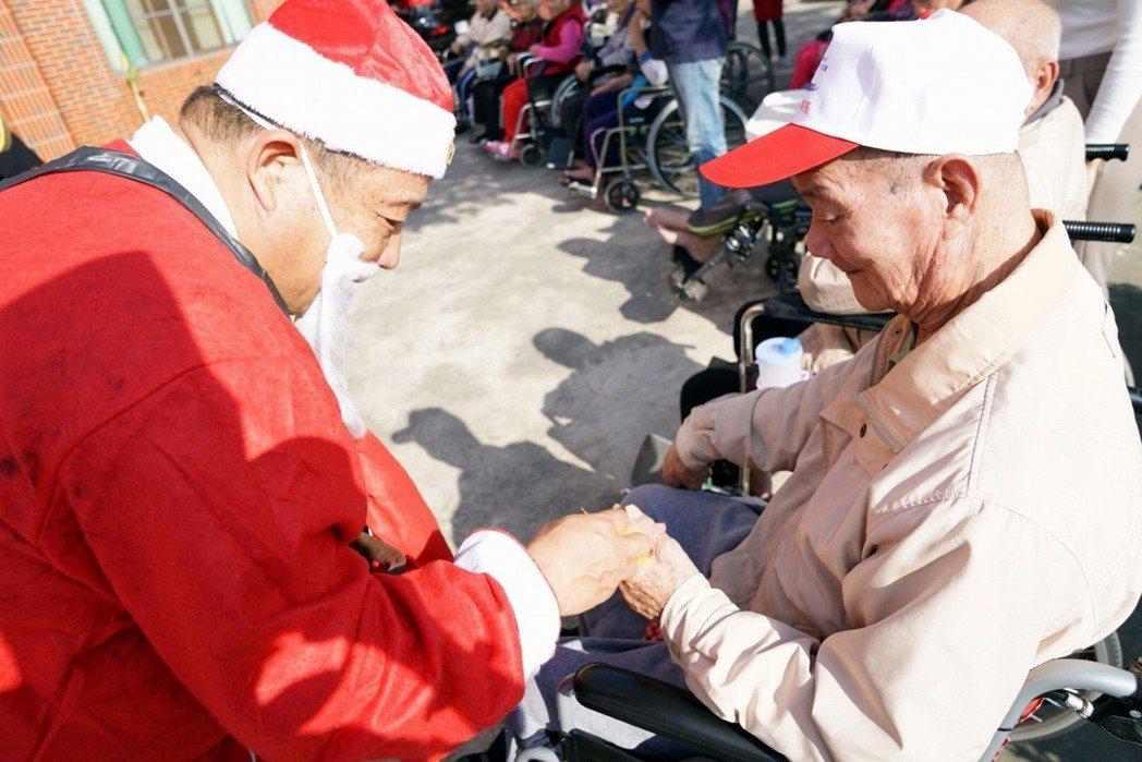 聖誕快閃活動,由志工喬裝聖誕老公公發送禮物給老人家們。 協會/提供
