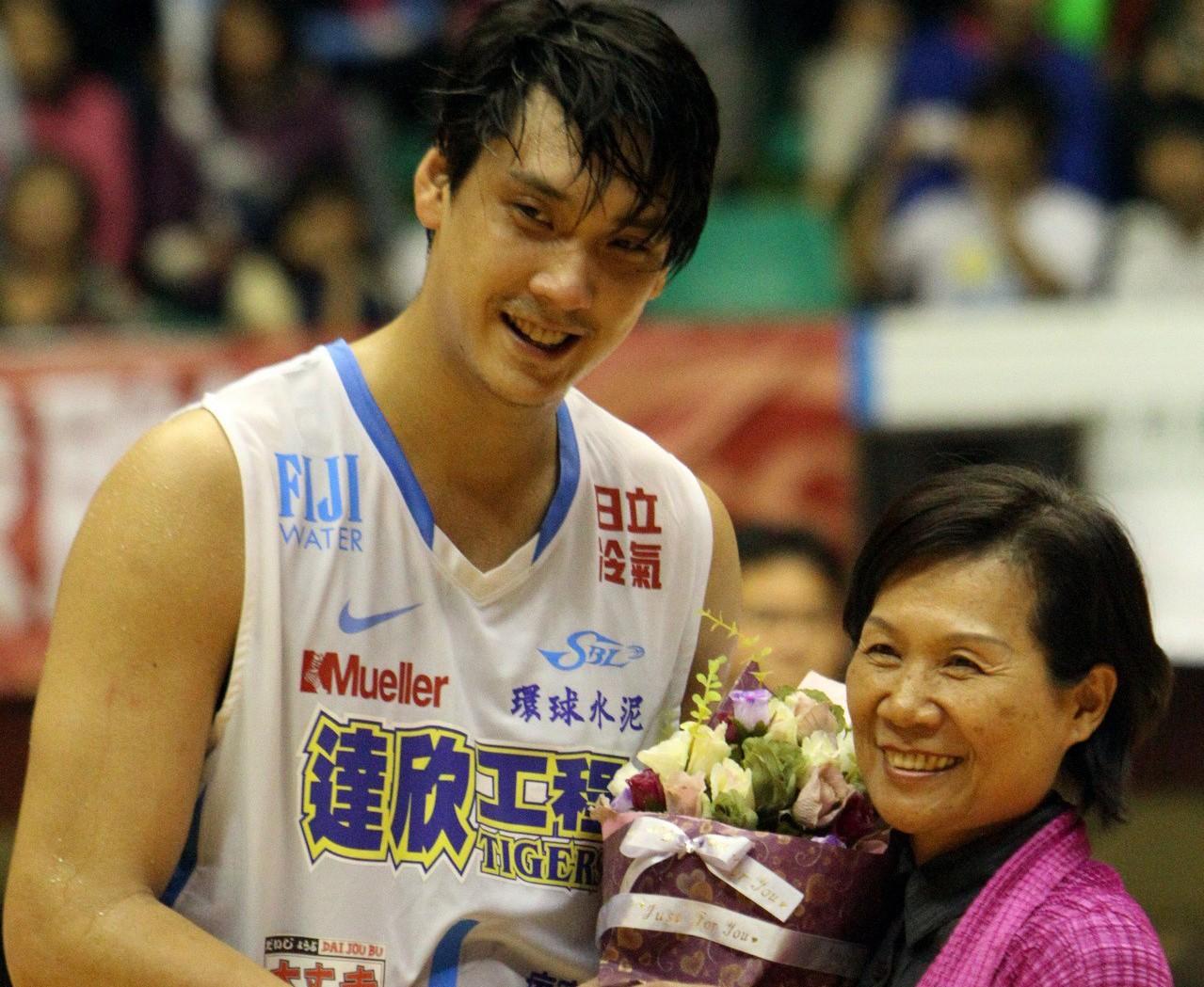 2011年達欣隊田壘(左)達成SBL首位球員4000得分,當時他的恩師黃秀霞校長...