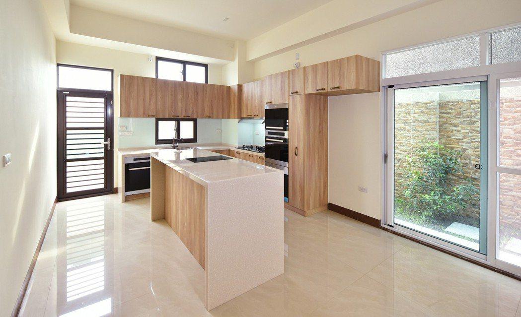 明亮寬裕開放式廚房,融入歐式優雅風格,L型整體廚具,大空間可規劃料理中島,充分展...