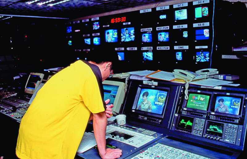 政論節目雖不一定是收視保證,但電視台仍希望以此「保證收入」。 本刊資料