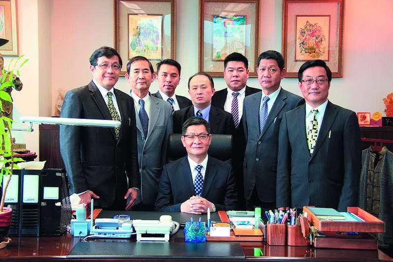 禹介民(前中)頗具爭議,還當過3天台鹽的官股董事。 翻攝自元昇創業投資集團網站