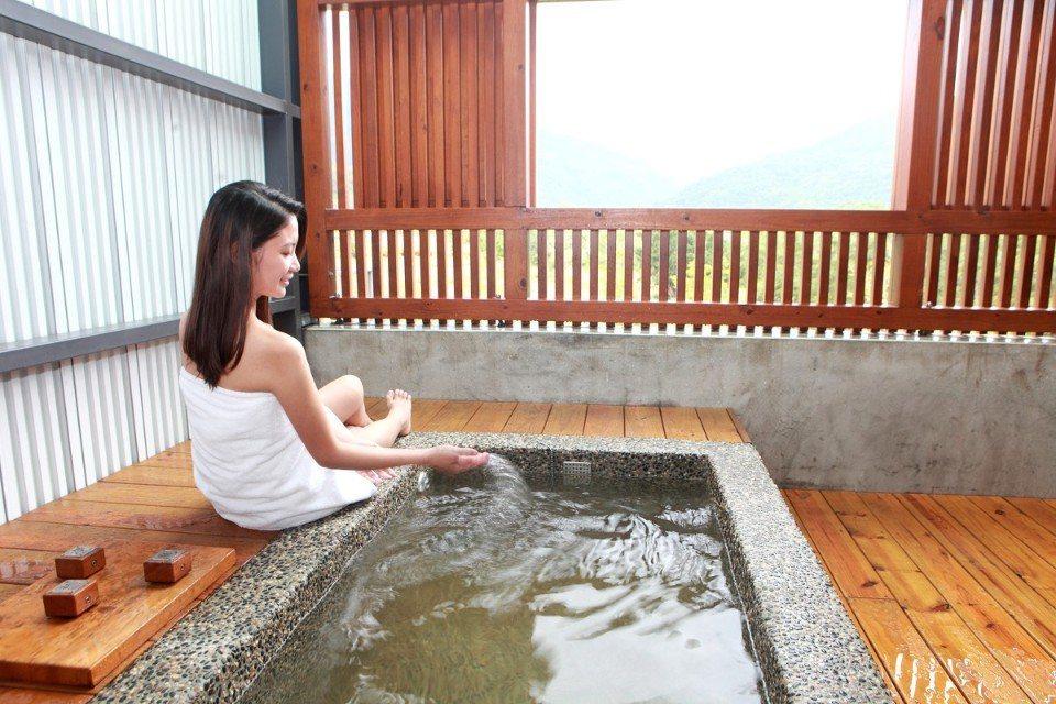 一邊泡著溫泉,同時有窗外美景相伴,享受最放鬆的泡湯時光。(圖片提供/雄獅旅遊)