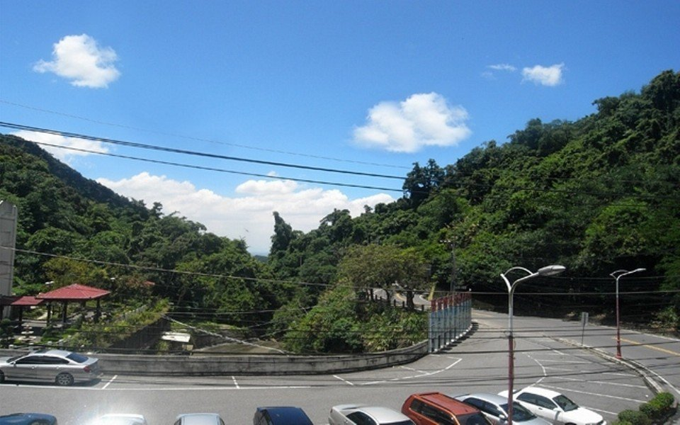 群山環抱的「湯泉美地」,擁有絕佳賞景視野。(圖片提供/雄獅旅遊)