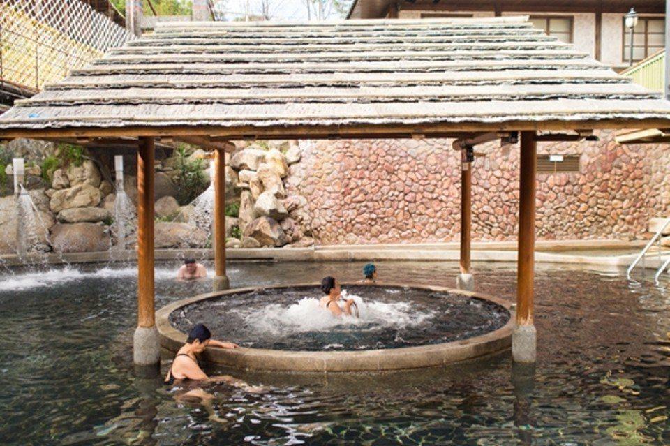 露天風呂以原木色調展現原住民特色風格。(圖片提供/雄獅旅遊)