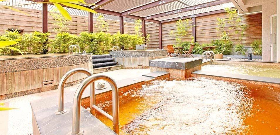 大眾泡湯區設有山林美人溫泉湯、冷水池與半露天式香氛池。(圖片提供/雄獅旅遊)