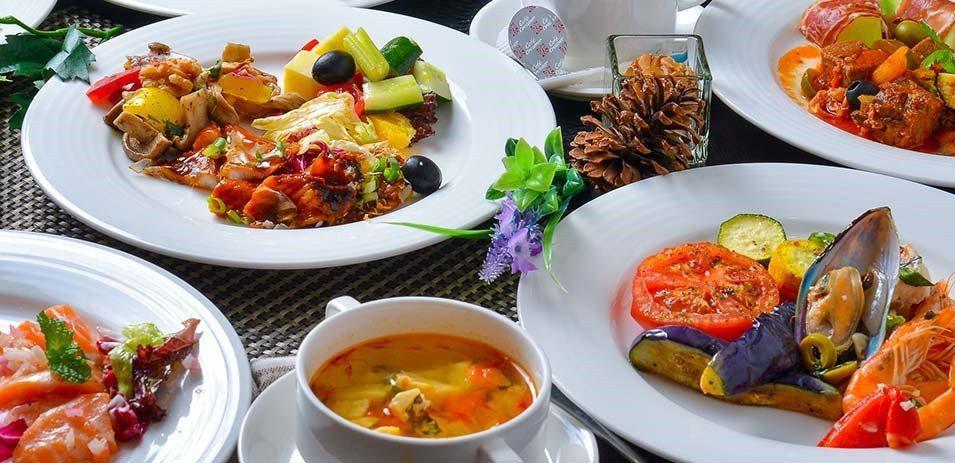 酒店裡提供世界各國的豐盛美食饗宴。(圖片提供/雄獅旅遊)