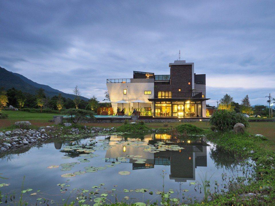 莊園以綠建築規畫設計,前方還設有生態池。(圖片提供/雄獅旅遊)