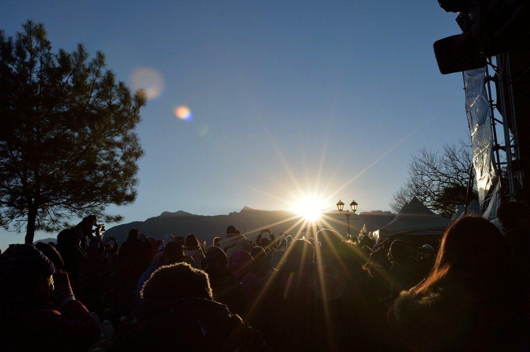 圖為過去萬人迎阿里山曙光。圖/交通部觀光局提供