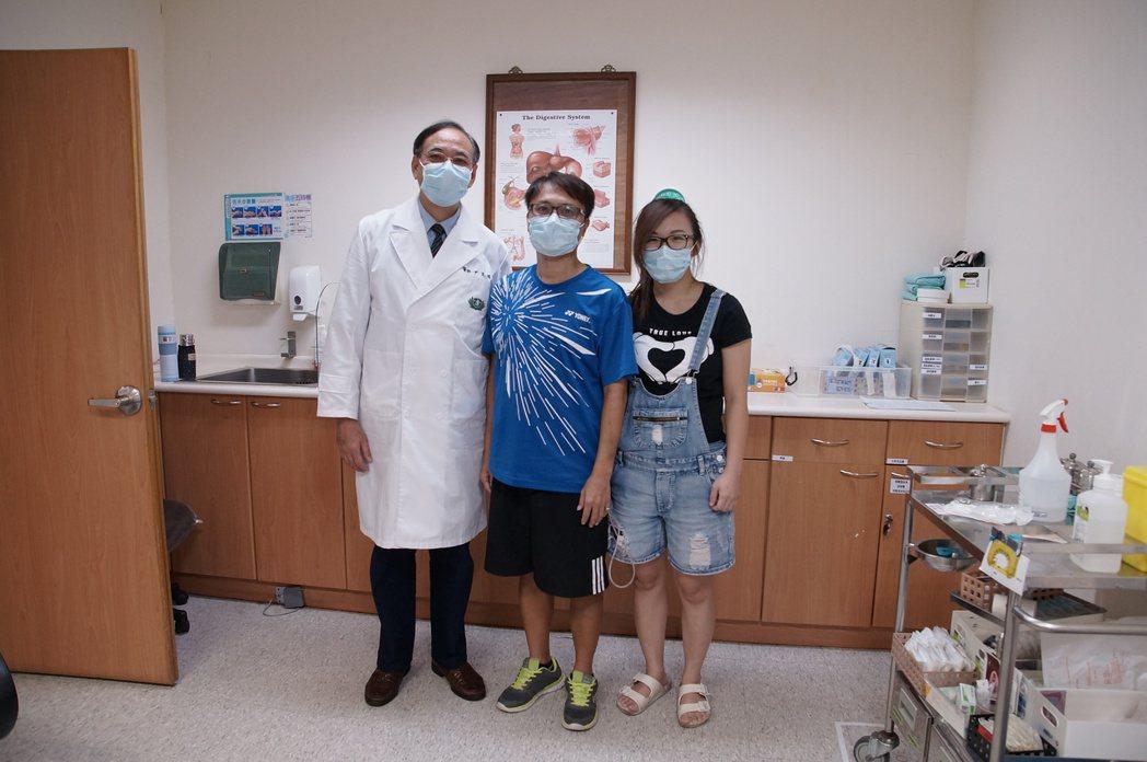 植移中心主任尹文耀(左)與林姓夫婦合影。圖/大林慈濟醫院提供