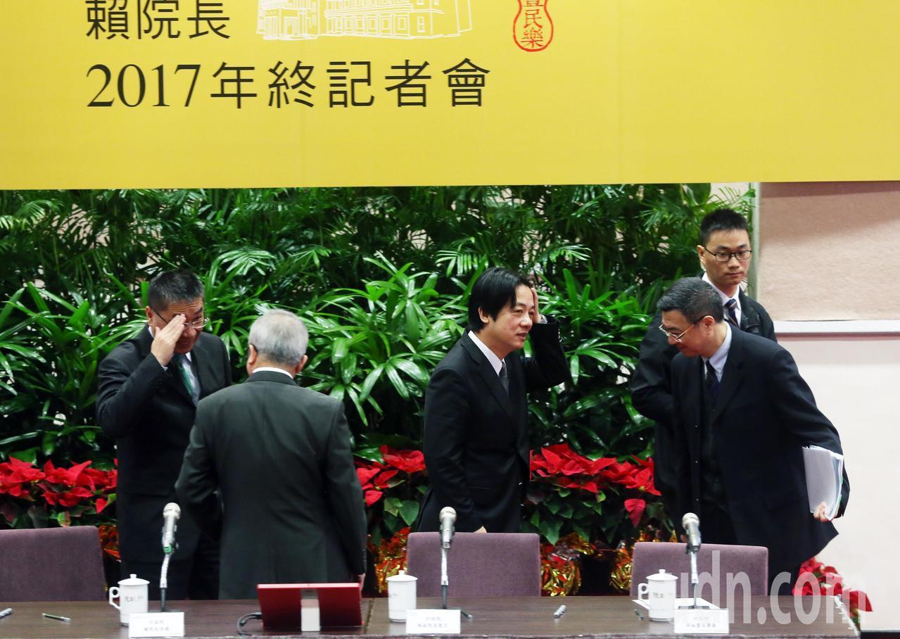行政院長賴清德(左二)上午舉行年終記者會,和媒體說明上任三個月來的心情及未來施政...