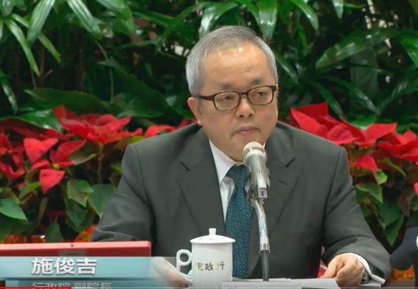 行政院副院長施俊吉今天在行政院年終記者會談論明年台灣經濟情況。圖/翻攝自行政院開...