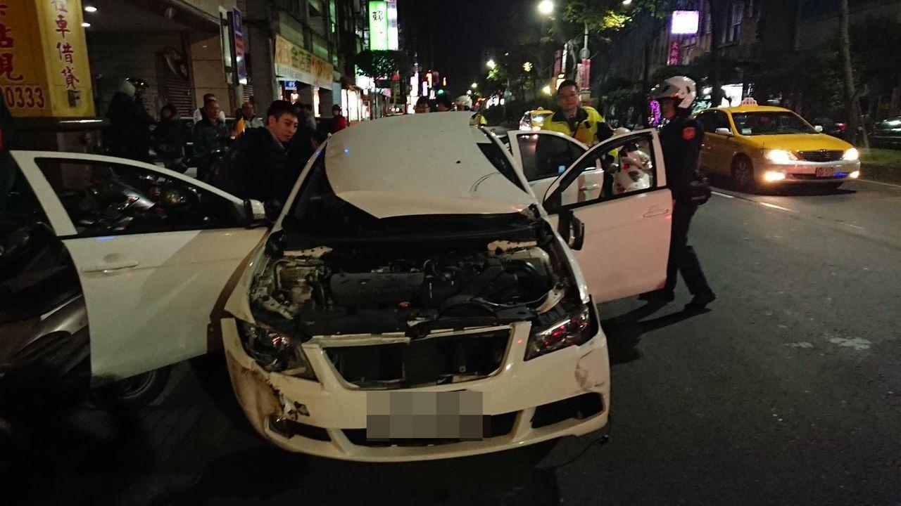 嫌犯衝撞警車,引擎蓋掀起剛好遮蔽視線,只好棄車逃逸。 記者林昭彰/翻攝