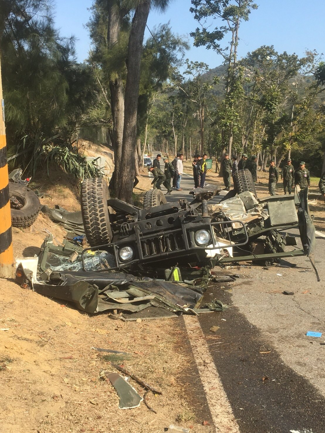 金防部本部連於今日上午在營區內執行車輛動力測試訓練時,1輛悍馬車因不慎擦撞邊坡,...