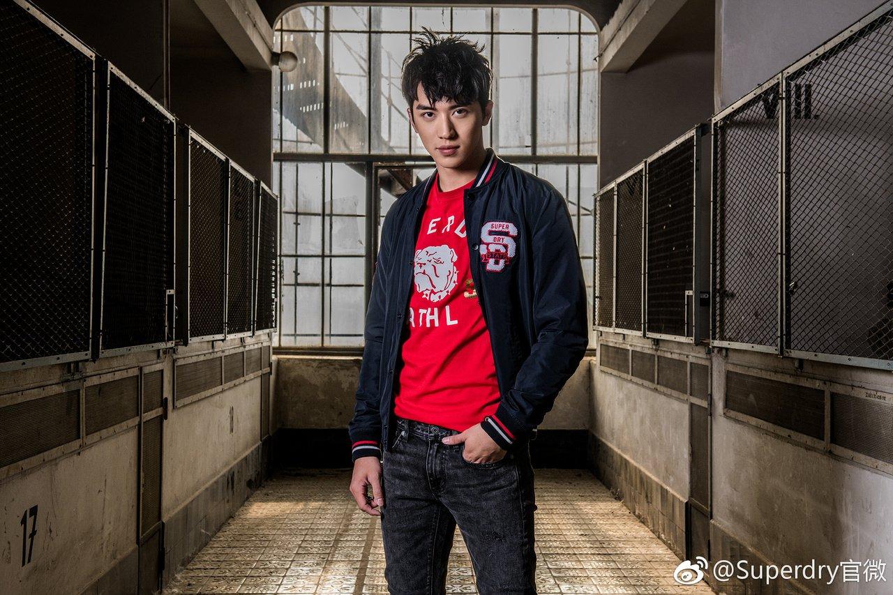 英倫品牌Superdry與大陸男星許魏洲合作,推出中國新年限定系列。圖/摘自微博
