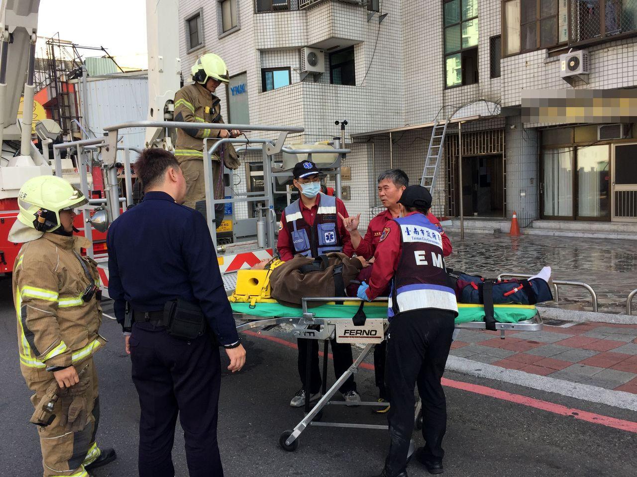 台南市東區一住宅大樓下午傳墜樓意外,警消趕往現場搶救,送醫急救。記者邵心杰/攝影