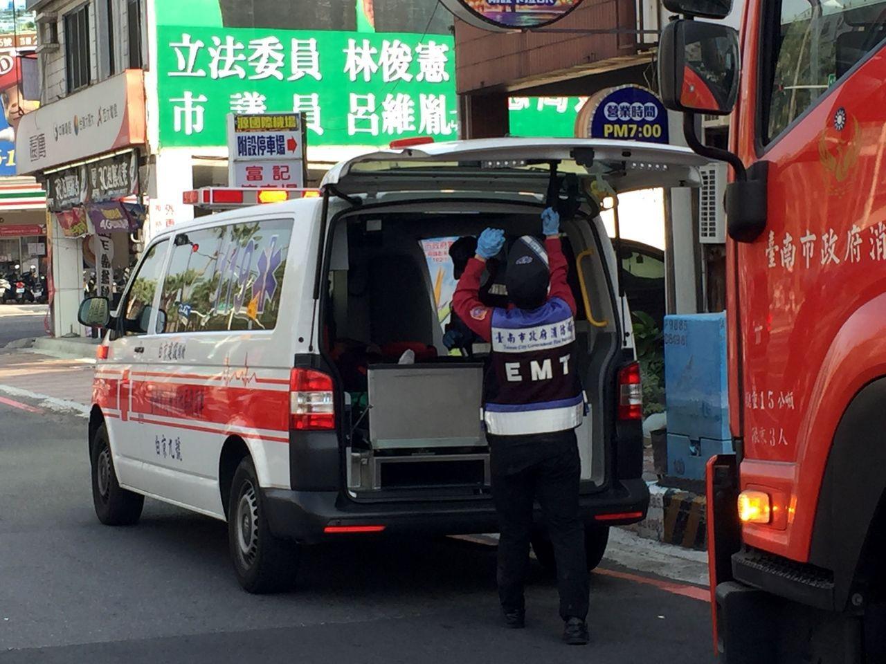 救護人員架梯將他救了下來,所幸人意識清楚、左腿骨折等外傷。記者邵心杰/攝影