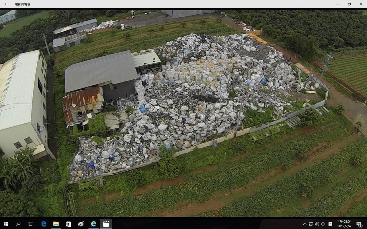 台中檢警查獲一座空地被放大量廢棄物,空拍畫面明顯。圖/警方提供