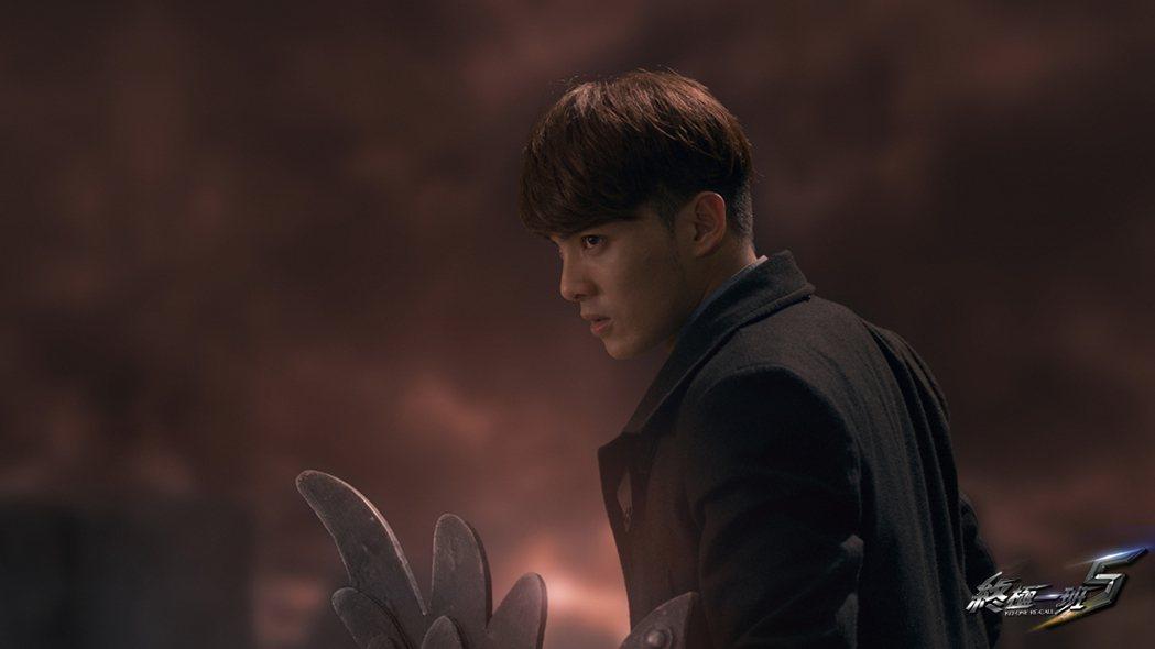 偉晉飾演的止戈武器是刑天盾。圖/可米傳媒提供