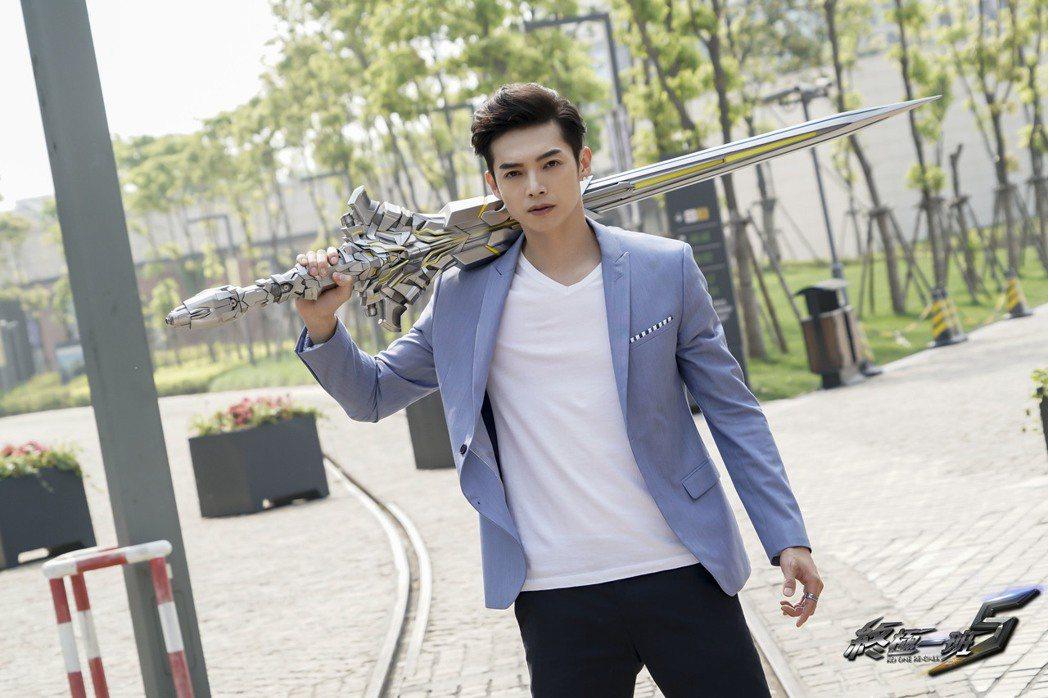 辰亦儒飾演的亞瑟王武器是石中劍。圖/可米傳媒提供