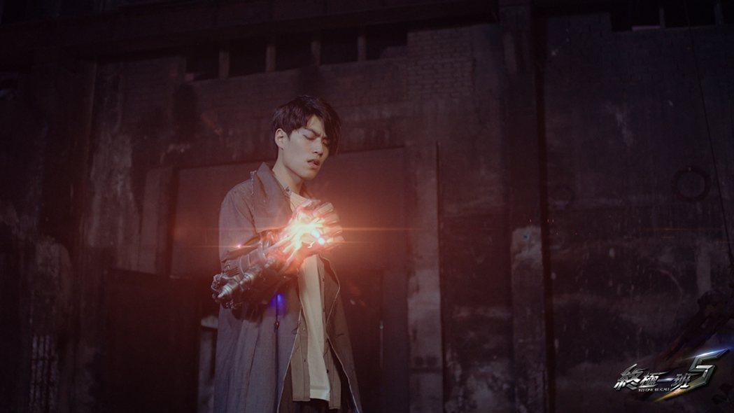 子閎飾演的萬雙龍武器是火神腕套。圖/可米傳媒提供