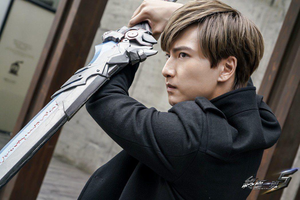 Evan飾演的藍斯洛武器是鬼狼刀。圖/可米傳媒提供
