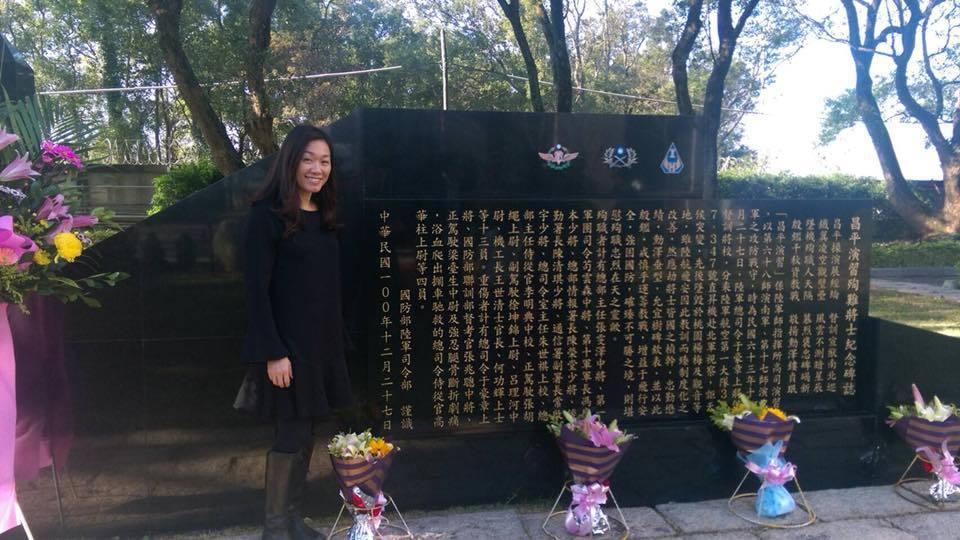 朱健蘭站在昌平殉職將士紀念碑前。圖/引自羅紹和臉書