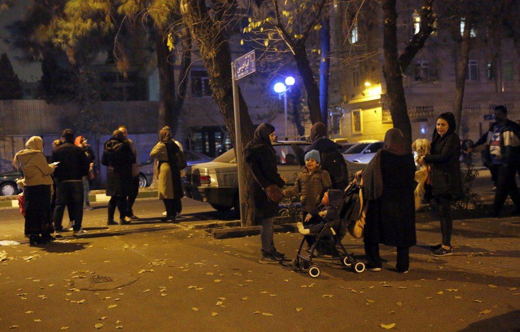 伊朗20日發生芮氏規模5.2地震,許多人嚇得逃到街上。歐新社