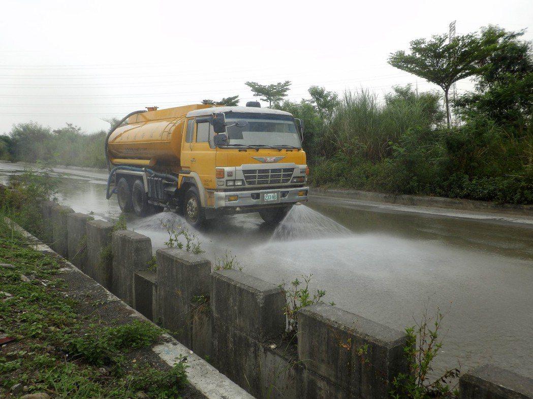 空氣不良期間,屏東縣環保局要求加強灑水。圖/環保局提供