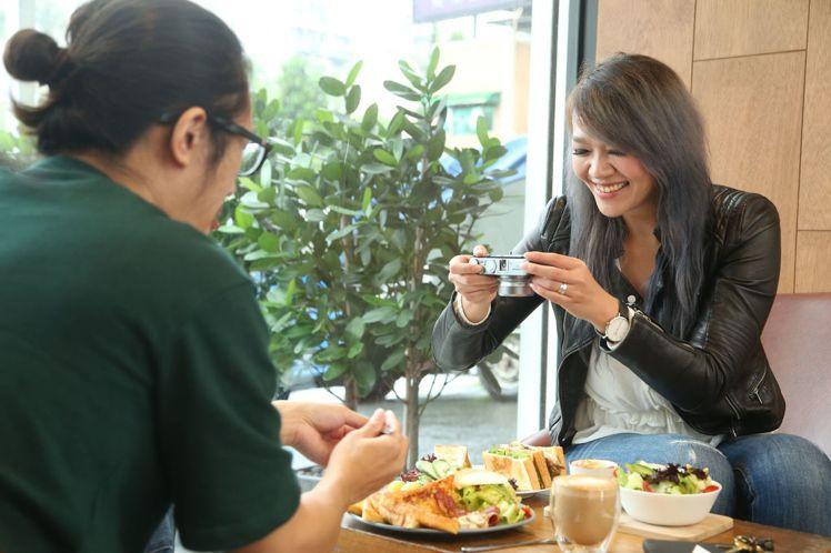 美味拍手Stella與拍公常常邊吃邊拍,捕捉精彩時刻之餘也能享受熱騰騰美食。圖/...