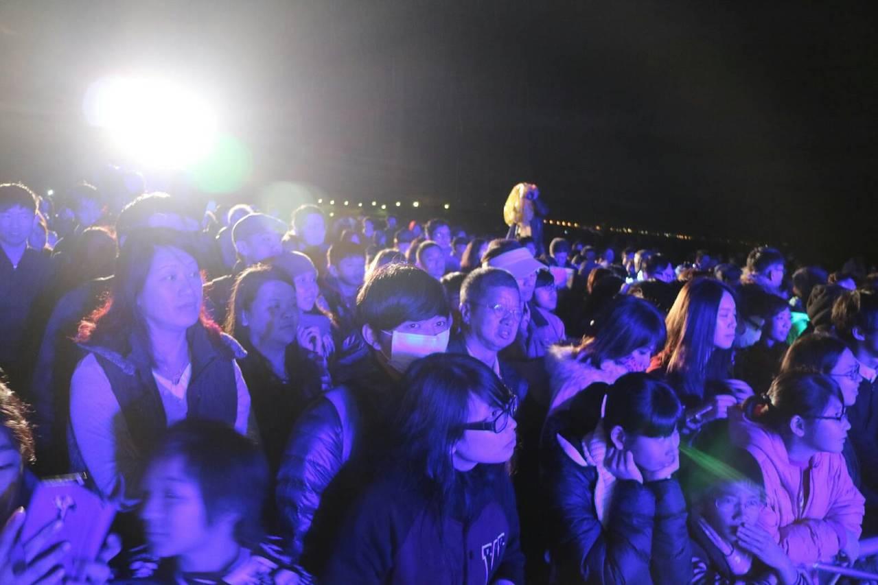 元旦福隆迎第一道曙光,樂團陪伴到天明,再敲18響鐘。圖/東北角暨宜蘭海岸國家風景...