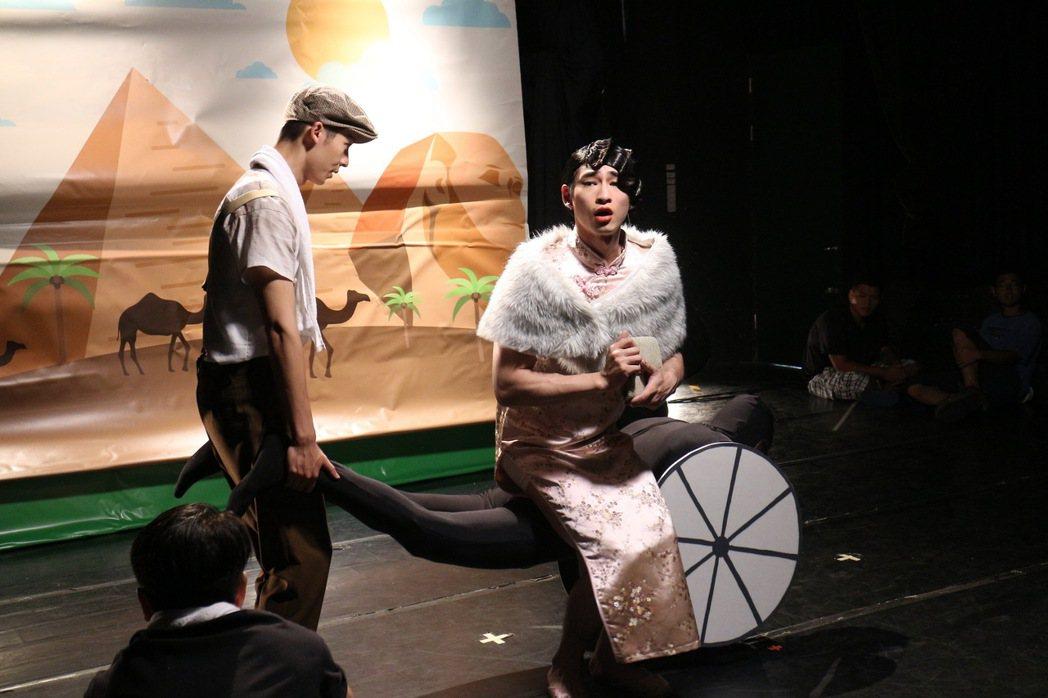 許光漢(左)、章廣辰、張軒睿(後)上演搞笑小劇場。圖/八大提供