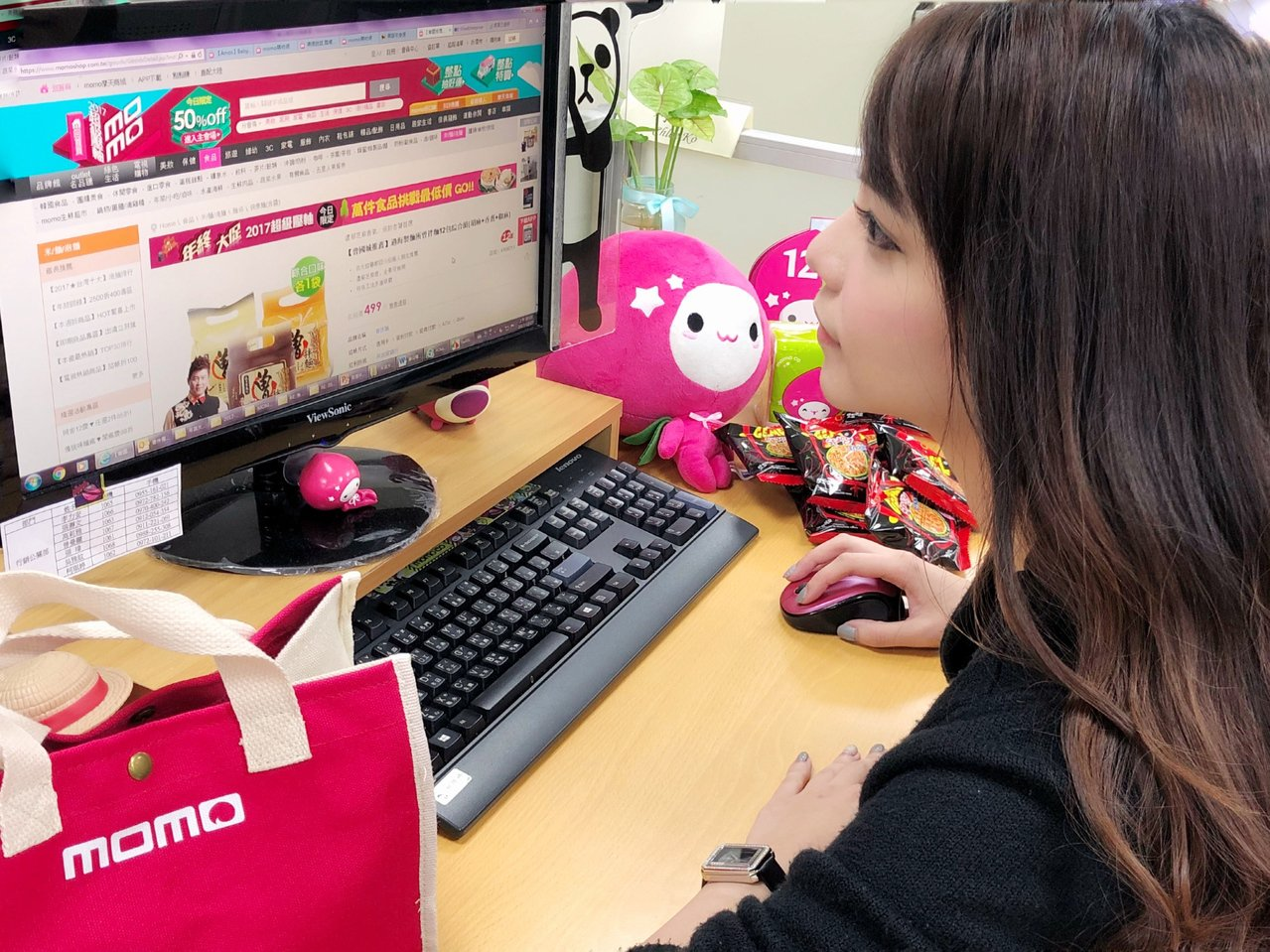 台灣網購人口逐年上升,網購的消費趨勢也反應民眾對生活的需求、社會現象及對議題的關...