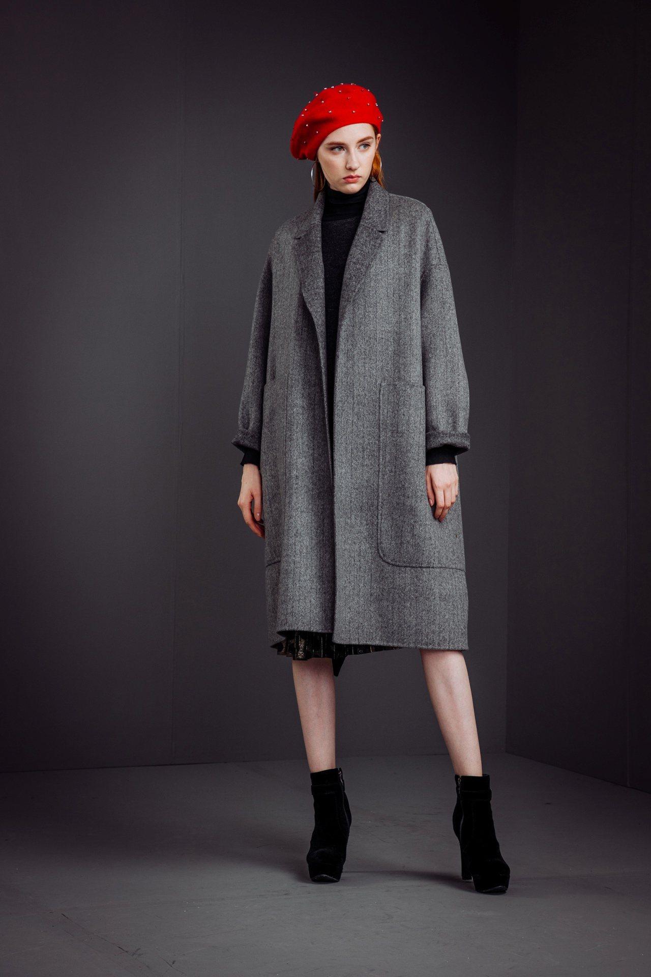 垂袖落肩寬大衣,售價22,800元。圖/KeyWear提供