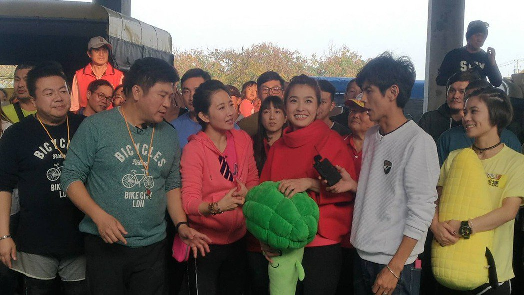 胡瓜(左起)、謝忻、小嫻、阿翔到雲林出外景。圖/民視提供