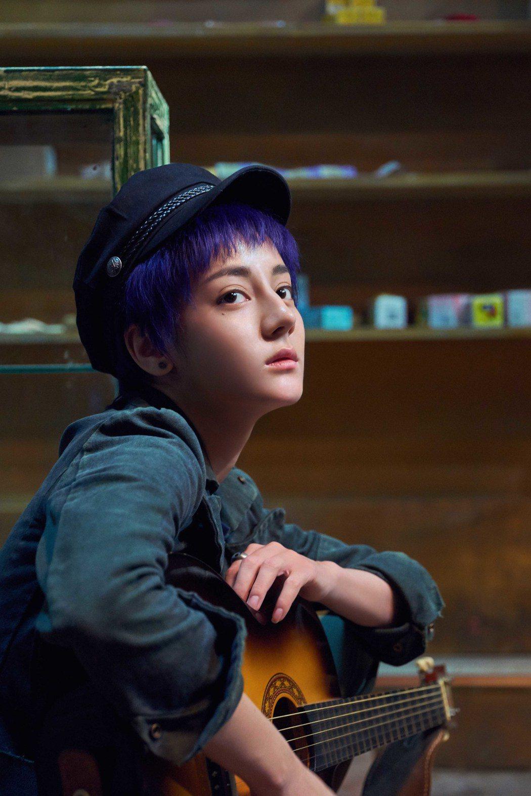 大陸人氣女星迪麗熱巴演出華語版「解憂雜貨店」中的酷妹。圖/華映提供