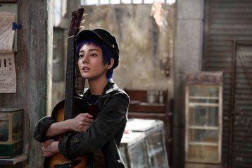 大陸人氣女星迪麗熱巴為演出華語版「解憂雜貨店」中的酷妹彤彤,剪去烏黑長髮,染成一頭叛逆紫色,還苦練吉他,變身中性帥氣形象。在東野圭吾的原著小說,以及日本版電影當中,原本都是以三個年輕男孩為主角,根本...