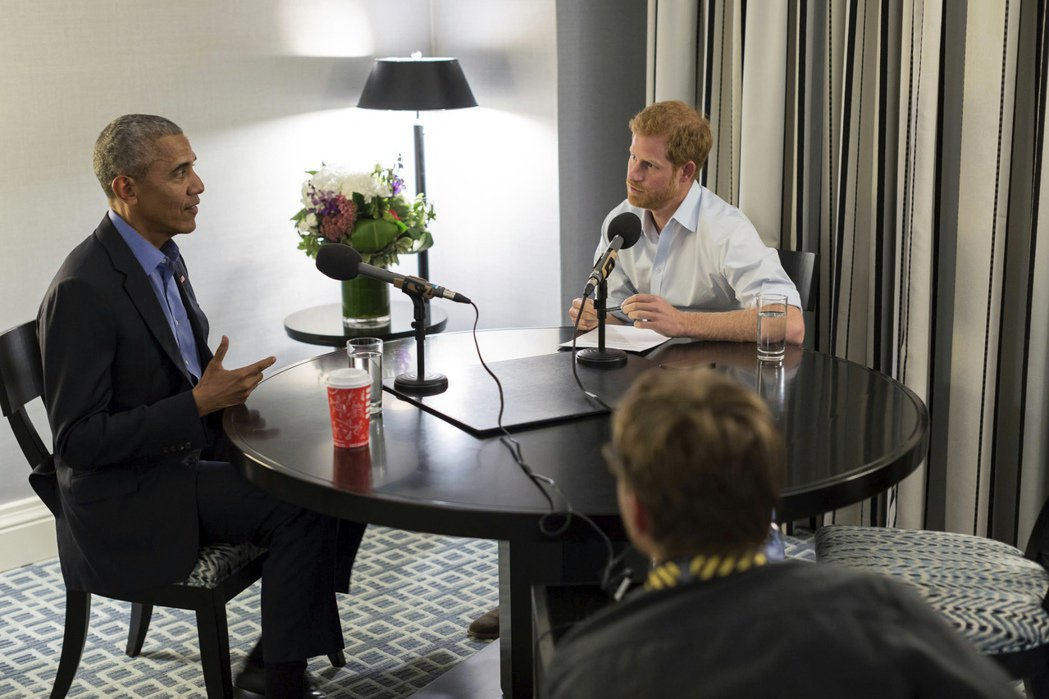 美國前總統歐巴馬(左)接受英國哈利王子專訪。美聯社