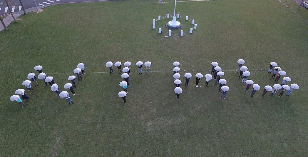 清華大學師生排字「NTHU」為清華大學竹梅賽暖身、加油。圖/清大提供