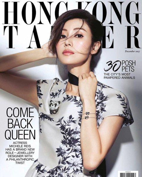最美的香港小姐冠軍李嘉欣,今年47歲、即將邁向半百,外表仍美艷如昔,時間在她臉上完全沒留下痕跡。耶誕佳節她沒有出門狂歡,反而在家陪著丈夫許晉亨與96歲的公公許世勛,3不但開心合照,她還在照片旁留言寫...