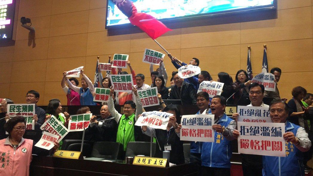 台中市議會藍綠議員互不相讓。記者陳秋雲/資料照片