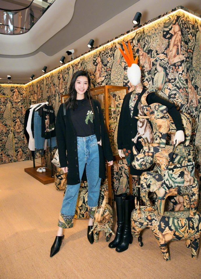 奚夢瑤穿LOEWE William Morris的丹寧褲,售價32,000元。圖...