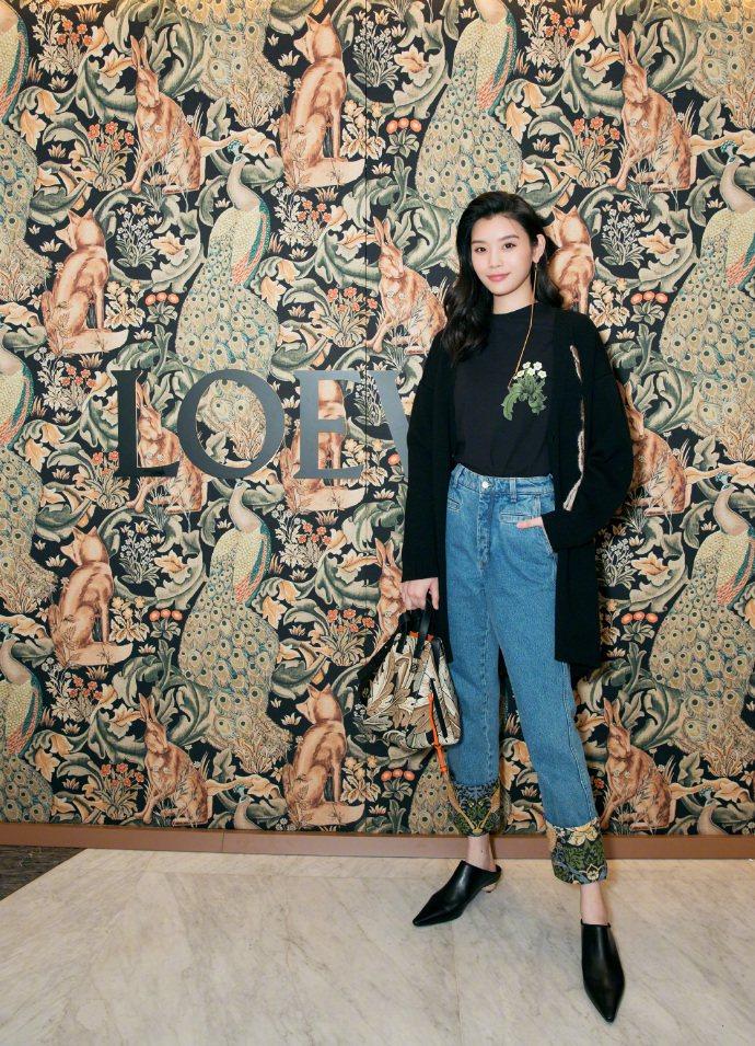 奚夢瑤以全套的LOEWE William Morris系列出席北京品牌活動。圖/...