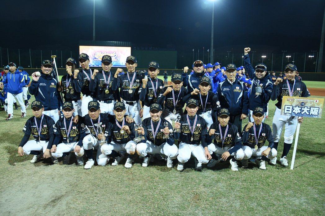 日本大阪隊奪下台北城市盃青少棒錦標賽冠軍,賽後全隊合影。圖/城市盃大會提供