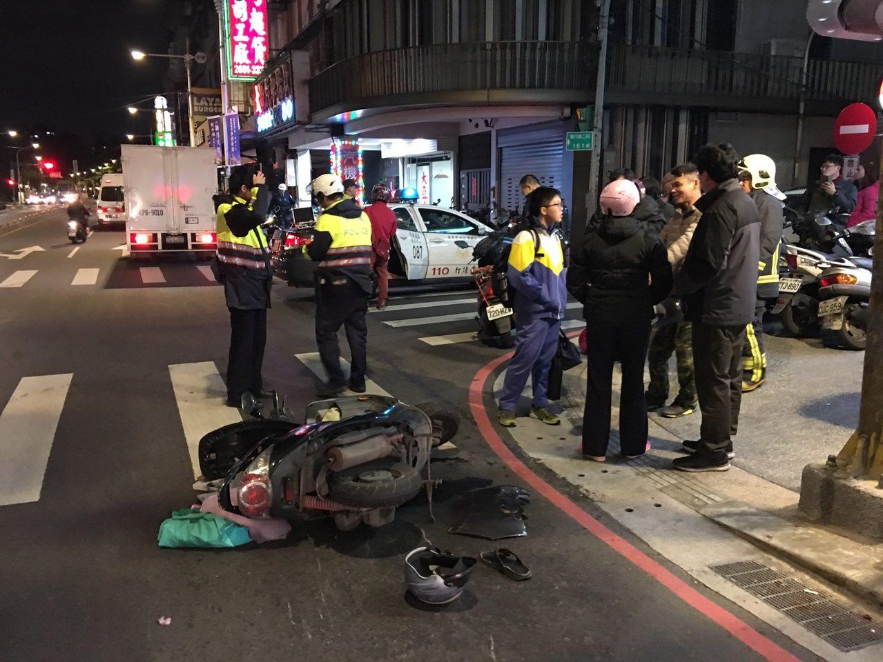 新北市消防局今晚9時25分獲報,板橋區篤行路3段發生追撞車禍,救護人員到場發現一...