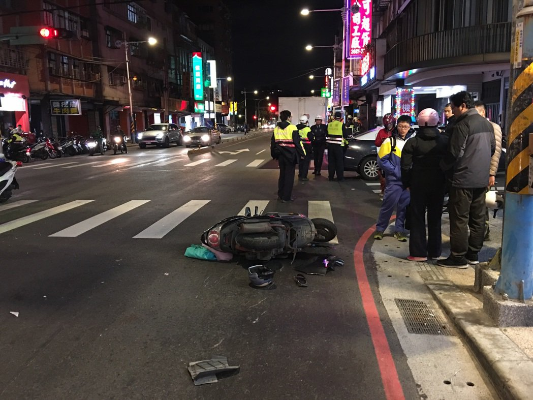 新北市消防局今天晚上9時25分獲報,板橋區篤行路3段發生追撞車禍,救護人員到場發...