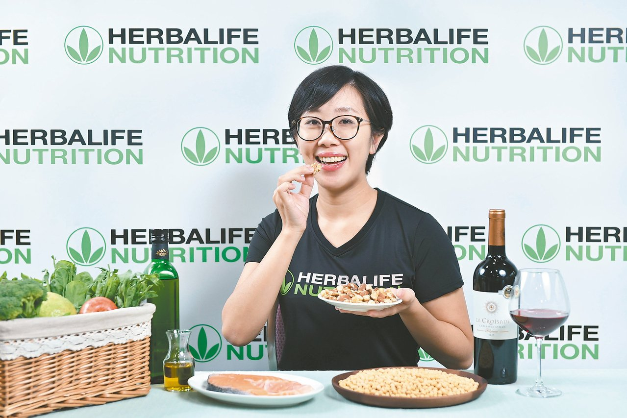 8成國人低估飲食抗老的力量,科學研究顯示攝取魚類、堅果、橄欖油此類健腦飲食,可以...