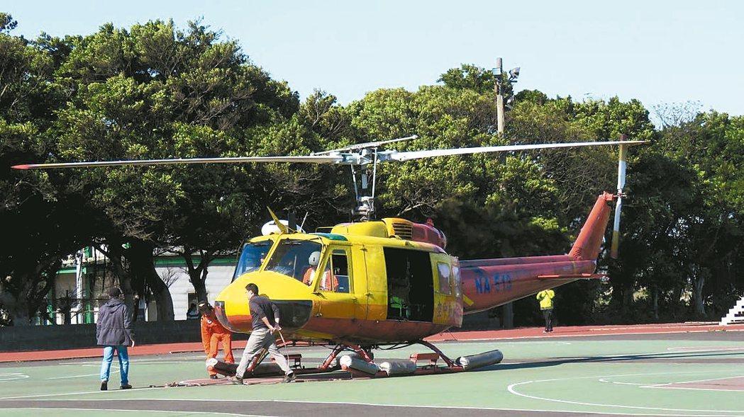 空勤總隊最後一架除役的UH-1H直升機,昨飛行最後一趟任務,降落萬能科技大學操場...