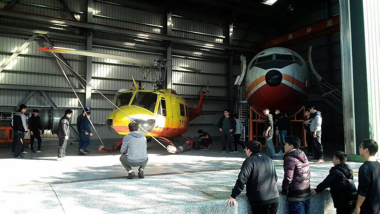 內政部空勤總隊最後一架除役的UH-1H直升機(左),昨天降落桃園市萬能科技大學,...
